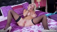 Sexy Daisy Monroe rubs her pussy Thumb